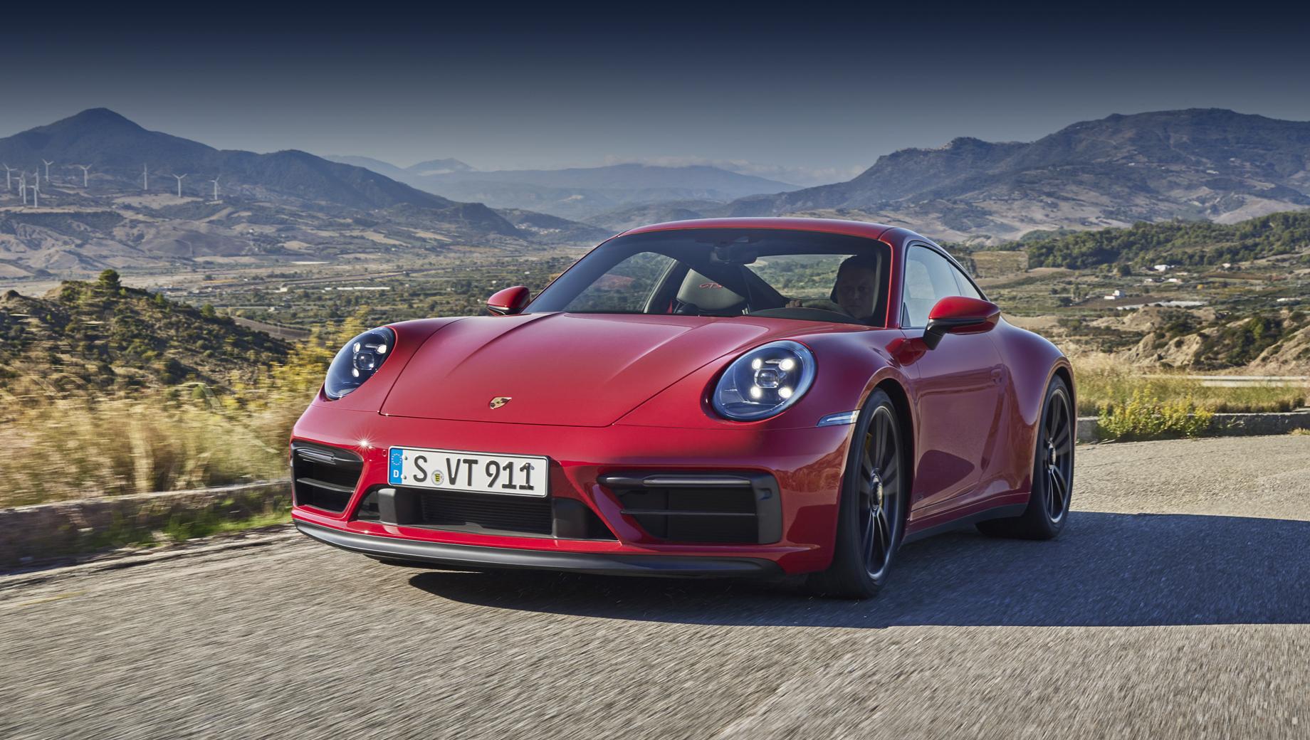 Porsche 911,Porsche 911 gts. Для GTS характерен чёрный либо затемнённый декор, включая шильдики и надписи, оправы фар, а на тарге ещё и дугу. Есть акценты, окрашенные в шелковисто-чёрный или глянцево-чёрный на выбор (решётка крышки двигателя и ряд других). Всем GTS положен пакет Sport Design с особым оформлением передней, задней частей и порогов.