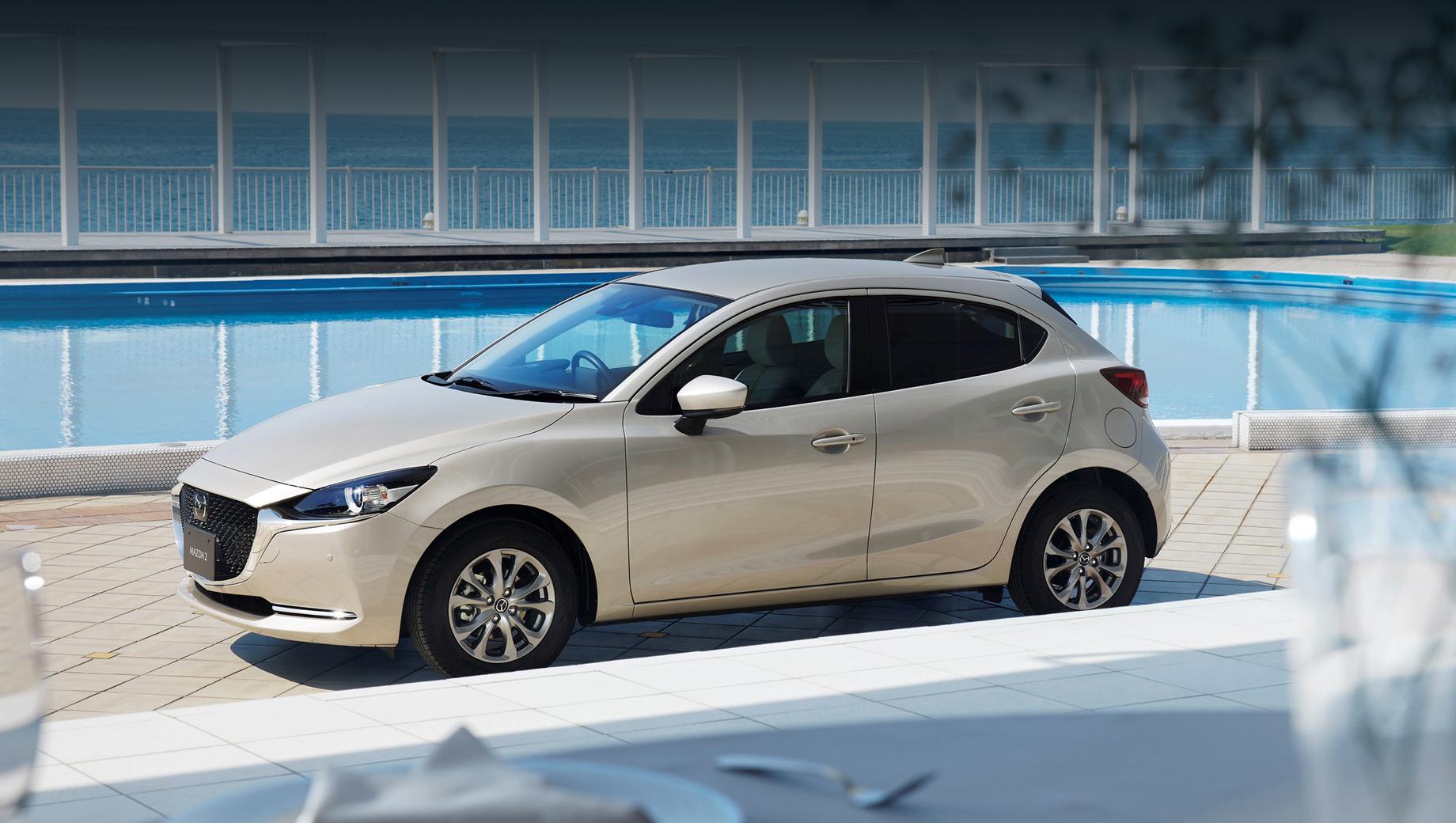 Mazda 2. Среди прочего на «двушках» с полным приводом «в базу» вошёл «антиобледенитель стеклоочистителя» (обогрев зоны покоя).