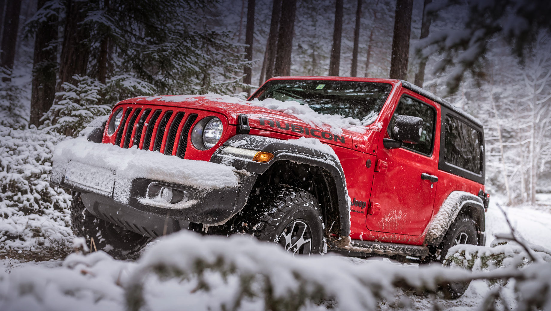 Jeep wrangler. «Короткая» вариация насчитывает 4334 мм в длину и 2459 между осями. Кроссовер Jeep Renegade ещё короче (4236 мм), но колёсная база у него больше (2570), поэтому гибридная система поместилась.