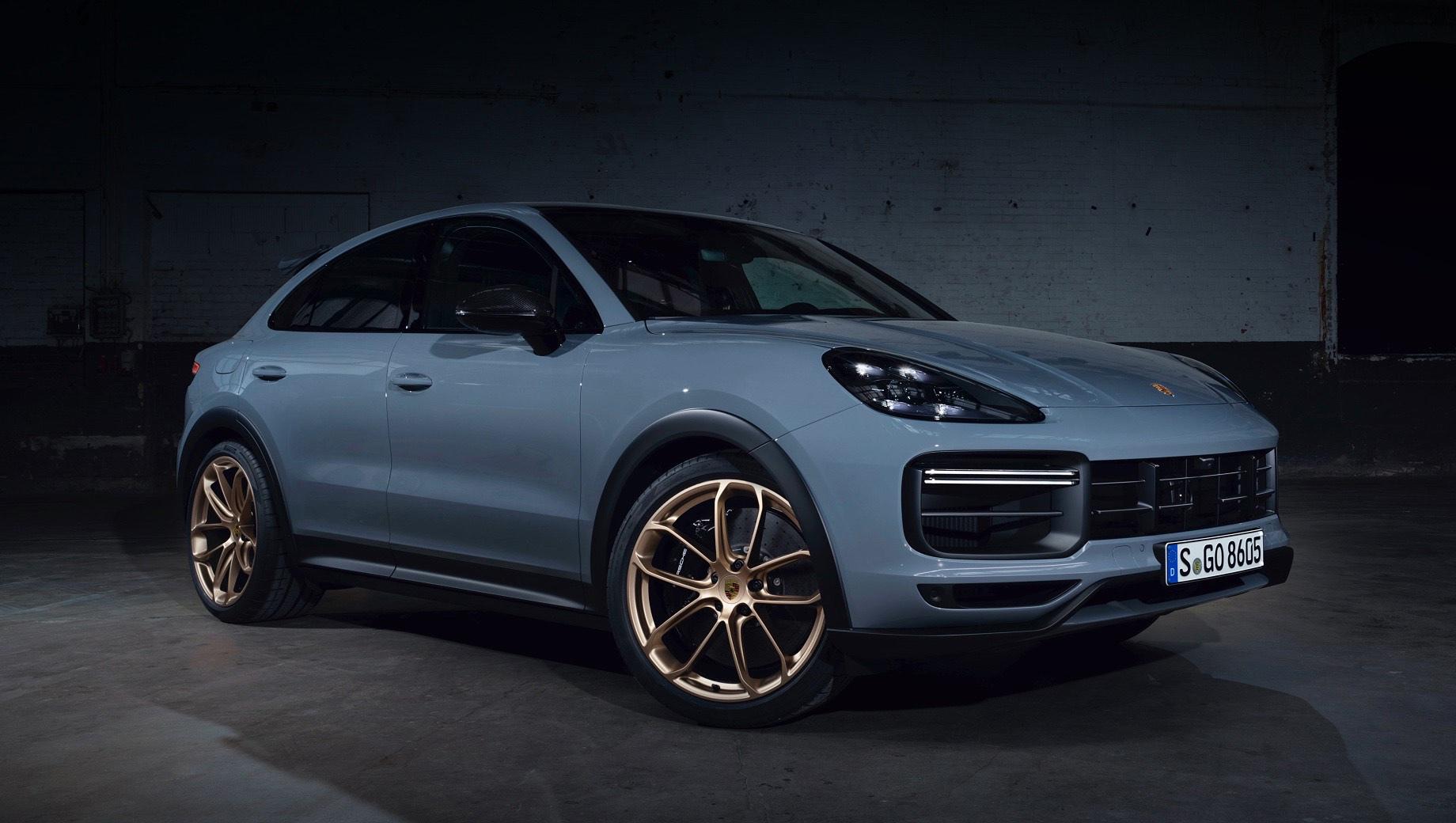 Porsche cayenne,Porsche cayenne turbo,Porsche cayenne turbo gt. Самый быстрый Cayenne можно идентифицировать по новому переднему бамперу с особым сплиттером, увеличенным воздухозаборникам и чёрным расширителям колёсных арок. В них поместили 22-дюймовые колёса GT Design в цвете Neodyme. Новый опциональный цвет кузова — Arctic Grey.
