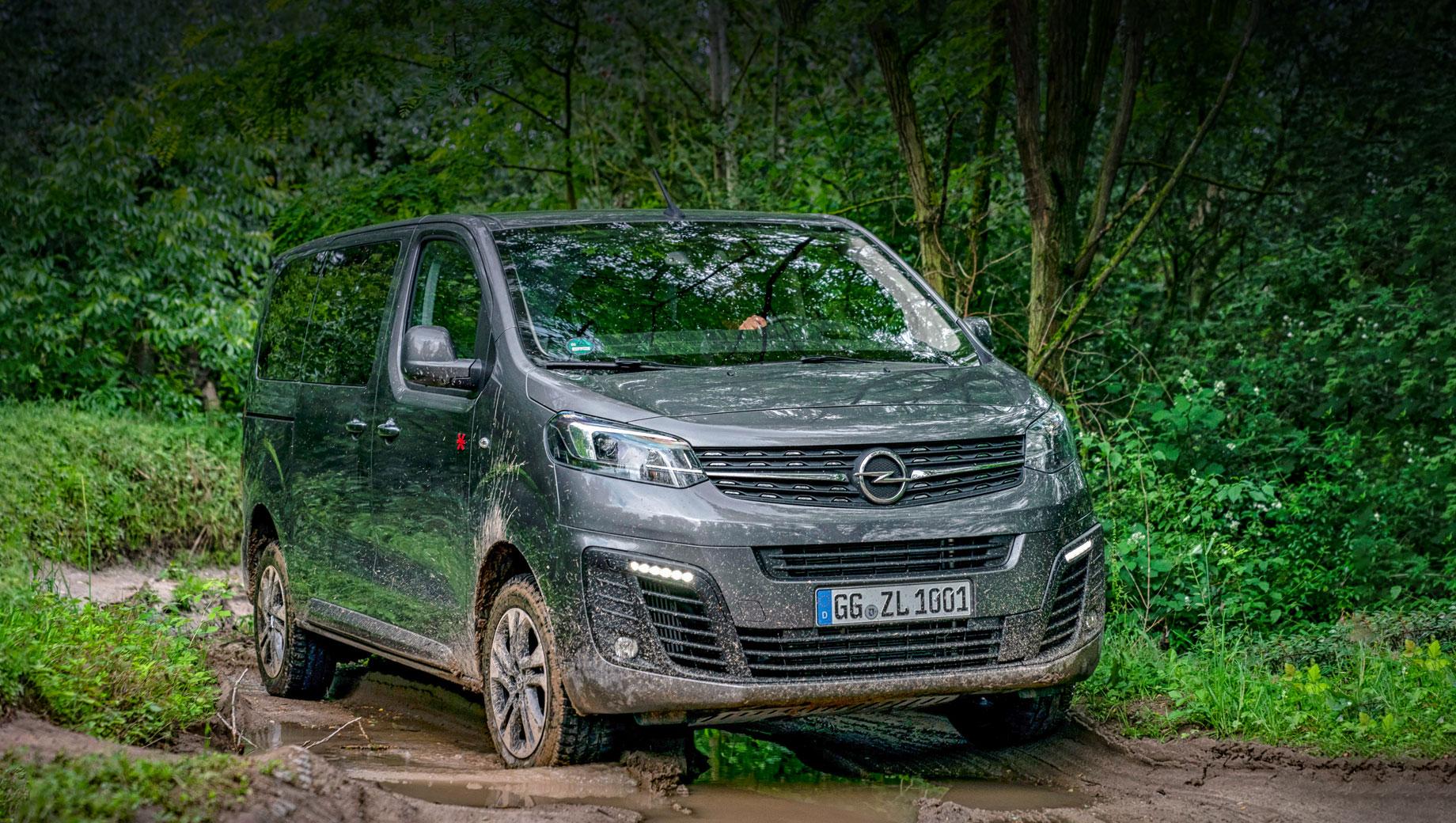 Opel zafira life,Opel vivaro. Внешне полноприводная Zafira Life, родившаяся в 2019-м, отличается от обычной (ценой 2 889 900–3 389 900 рублей) только клиренсом, который увеличен до 200 мм (+25). Также смонтирована металлическая защита картера, топливного бака и системы полного привода от французской фирмы Dangel.