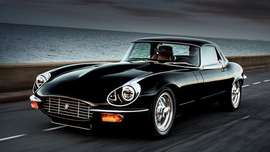 Jaguar e-type. Обычно в таких проектах ателье стараются сохранить аутентичную внешность машины. Выдаёт рестомод светодиодная оптика, иная решётка радиатора и новые бампера. Всего на сборку одного подобного автомобиля британской мастерской требуется около 4000 часов.