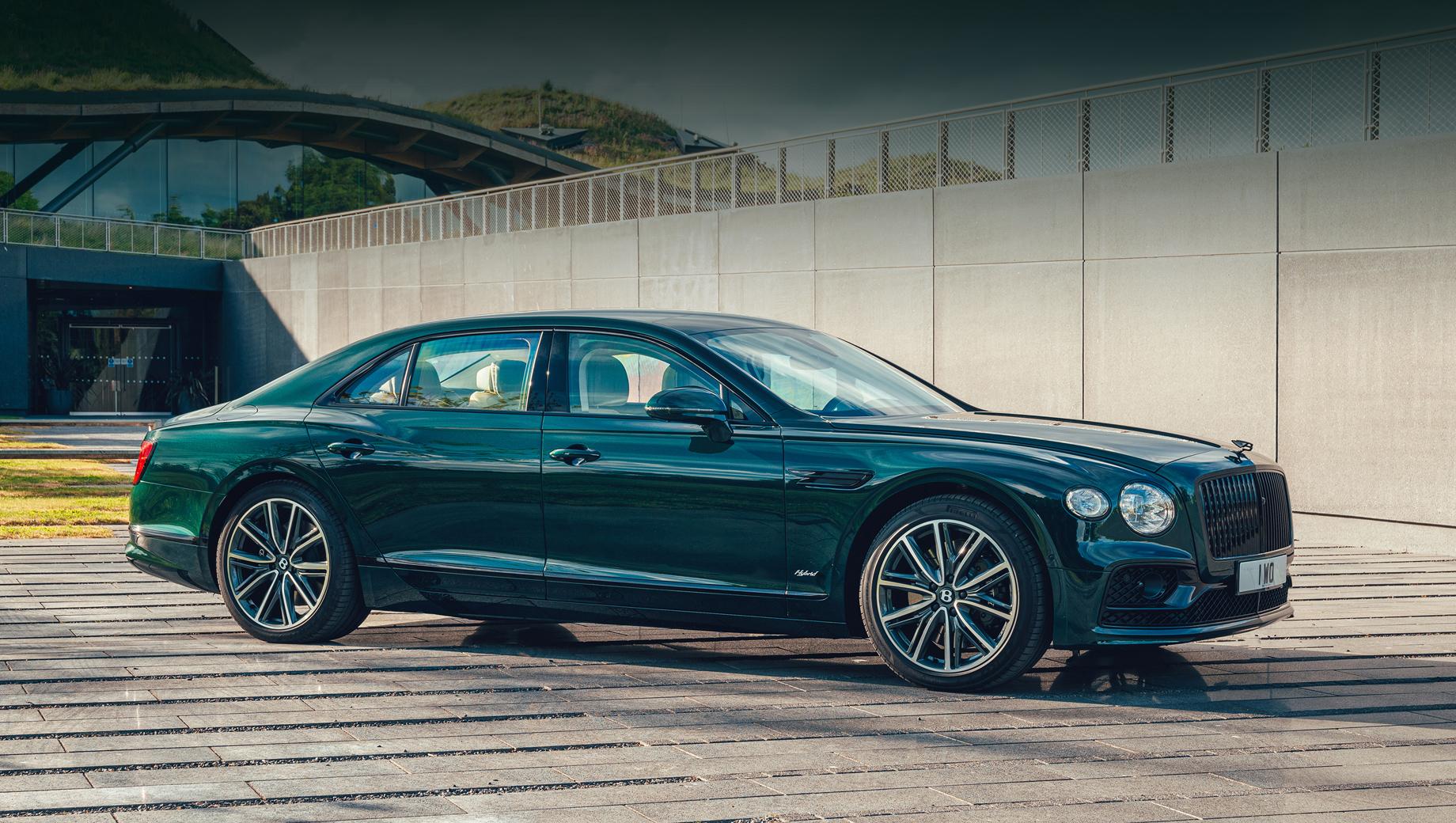 Bentley flying spur,Bentley flying spur hybrid. Разработчики называют четырёхдверку самым эффективным Bentley и приводят номинальный запас хода с заряженным аккумулятором и полным баком — более 700 км.