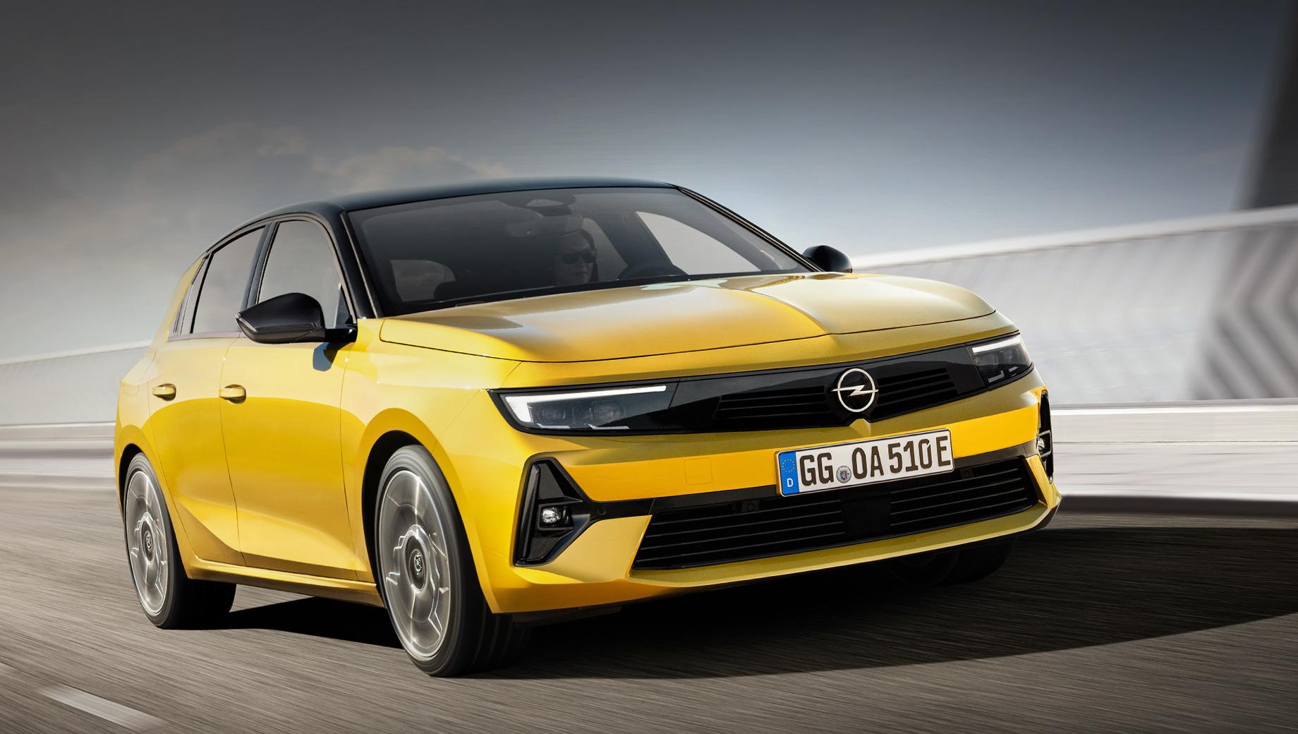 Opel astra. Лицом Астры ожидаемо стал Opel Vizor, ранее замеченный у паркетников Mokka, Crossland и Grandland. «Премиальные» фары Intelli-Lux LED Pixel Light со 168 светодиодами имеются у Грандленда и Инсигнии. Длина — 4374 мм (+4), ширина — 1860 (-11), высота — не названа, колёсная база — 2675 (+13).
