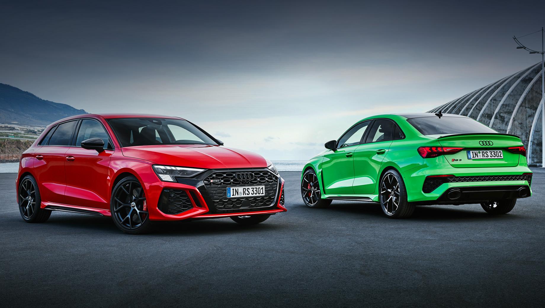Audi rs3,Audi rs3 sedan,Audi rs3 sportback. Внешность отталкивается от Audi A3 четвёртого поколения, но с RS-спецификой. Это не только воздухозаборники. За передней колёсной нишей появилась вентиляционная прорезь. Светодиодная оптика — «база», за доплату фары будут матричными. В гамме кузовных красок есть две эксклюзивные для RS (Kyalami Green и Kemora Gray). Колёса — 19 дюймов (две версии дизайна на выбор).