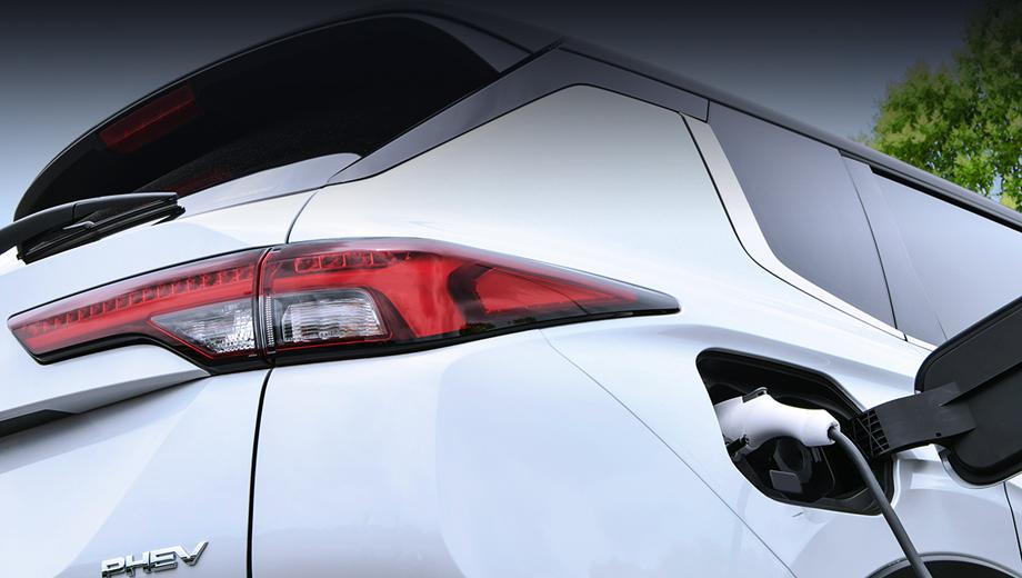 Mitsubishi outlander,Mitsubishi outlander phev. К 2030 году Mitsubishi намерена сократить выбросы углекислого газа своими новыми автомобилями на 40%, в чём основную роль должны сыграть заряжаемые от розетки гибриды.
