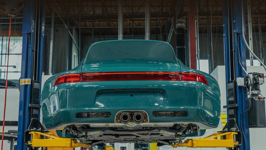 Porsche 911. Машина фирмы Gunther Werks отталкивается от Porsche 911 серии 993, но по сути строится почти заново.
