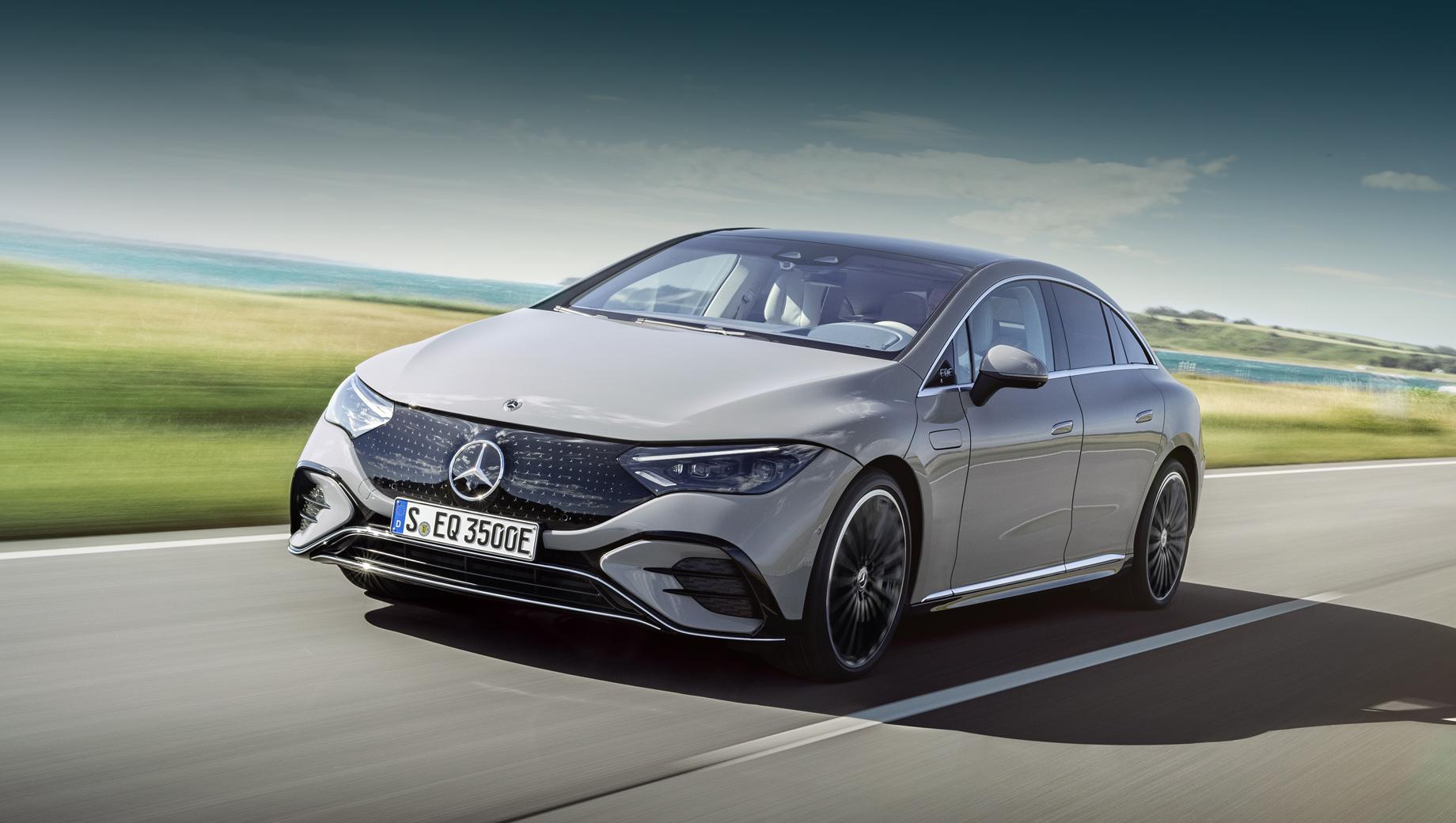 Mercedes eqe. Длина модели равна 4946 мм (на 270 мм меньше, в сравнении с EQS), ширина и высота — 1961 мм (+35) и 1512 мм (паритет). Колёсная база — 3120 мм (–90 мм).