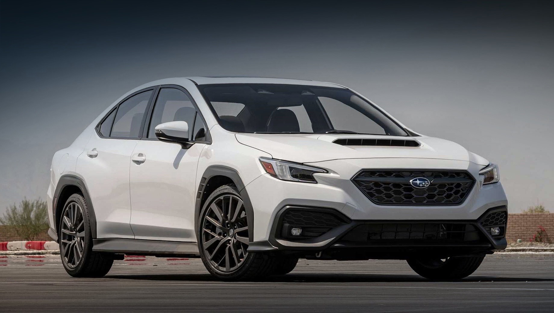 Subaru wrx. Следуя заветам концепта Viziv Performance (2017), WRX по дизайну повторил универсал Levorg. Размеры в сравнении с предшественником: длина — 4669 мм (+74), ширина — 1826 (+31), высота — 1468 (-7), колёсная база — 2672 (+22 мм). Топовые шины — Dunlop SP Sport Maxx GT (245/40 R18).