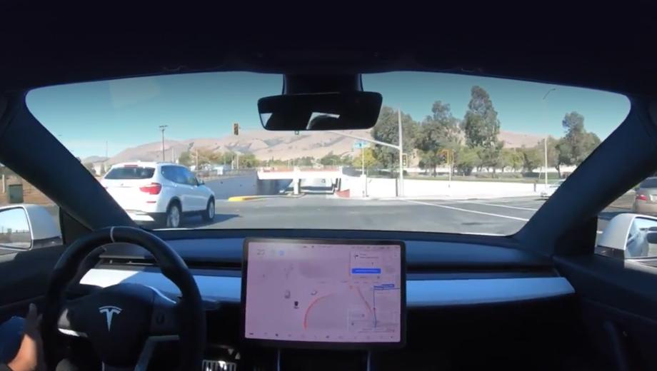 Первые клиенты Теслы получили на пробу автопилот FSD Beta v10