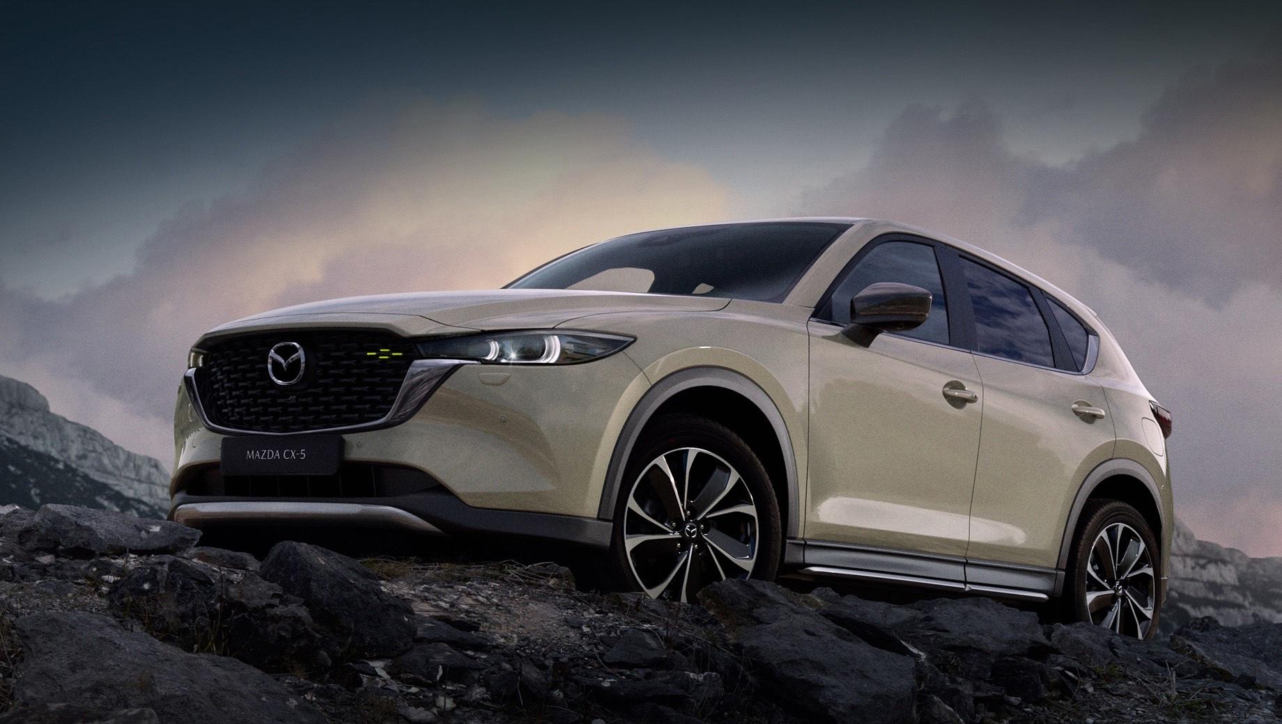 Mazda cx-5. Светодиодные фары и фонари «эволюционировали». Решётка поменяла одну сетчатую структуру на другую, «трёхмерную», а U-образное хромированное «крыло» обрело новую форму. Оба бампера заметно упрощены. Цвет кузова Zircon Sand — новый, как и 19-дюймовые легкосплавные диски.