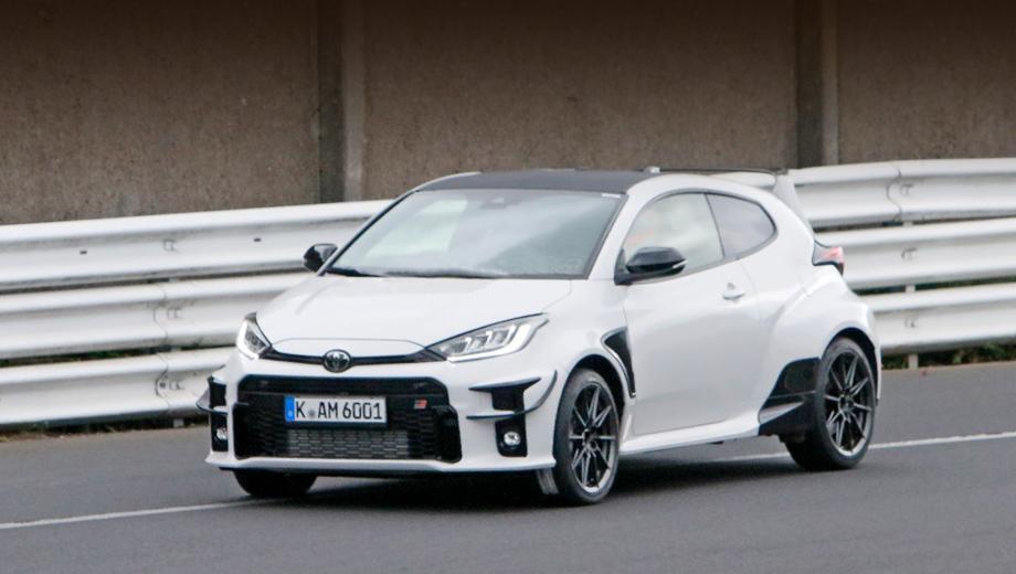 Toyota yaris,Toyota gr yaris,Toyota yaris grmn. Первые отличия топовой версии от исходника видны уже при взгляде спереди: по углам бампера появились изогнутые крылышки-канарды, а позади передних колёс — вентиляционные прорези.