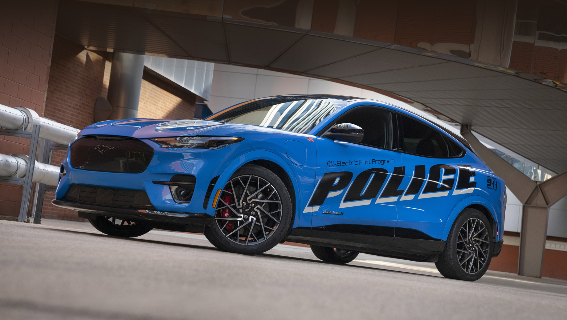 Ford mustang mach-e. В разных странах давно можно увидеть полицию, разъезжающую на электрокарах, но всё же электрические кроссоверы в такой роли — редкость.