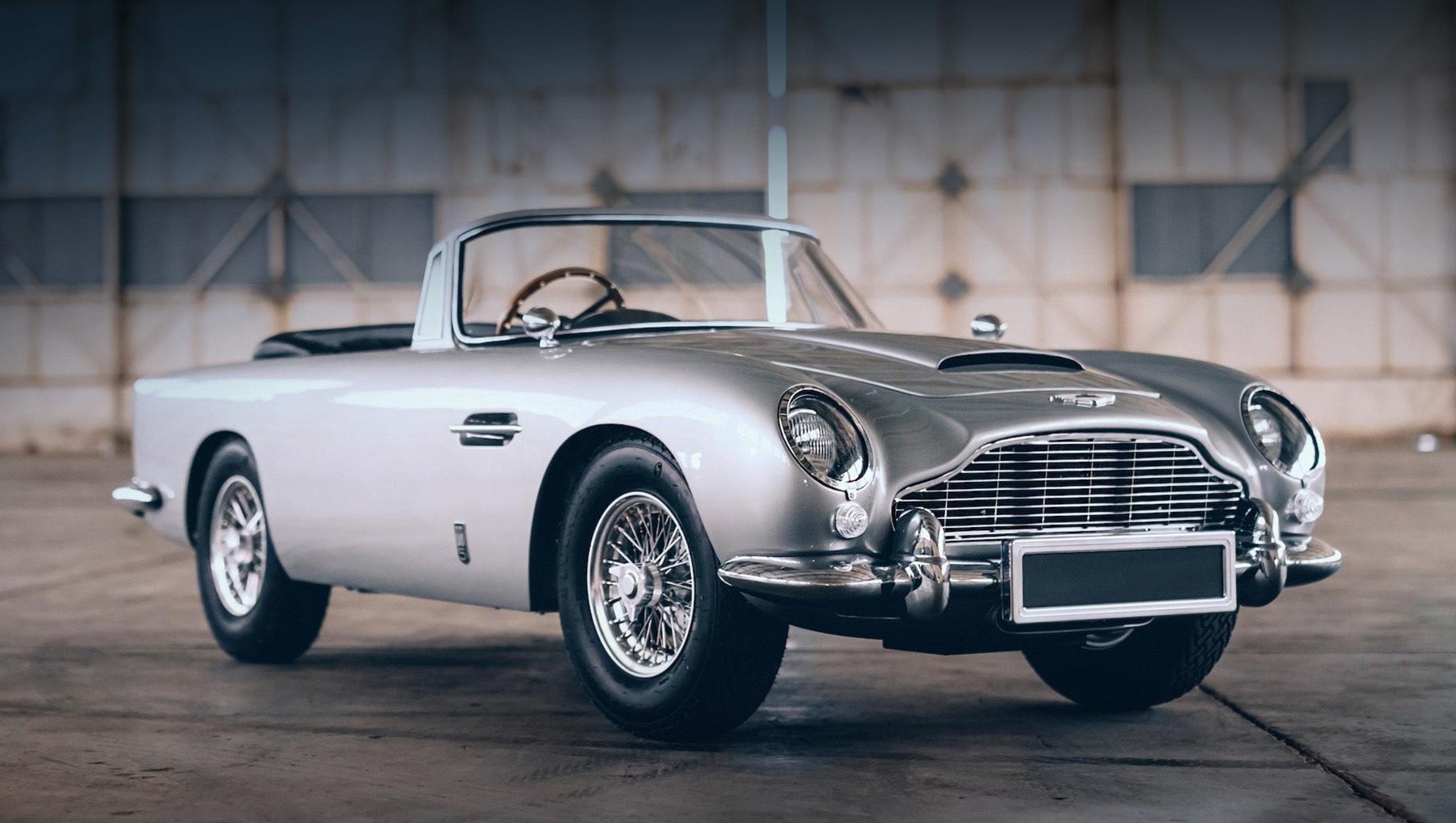 Aston martin db5. Масштаб новинки — 2:3 от размера оригинального спорткара из 60-х. Главное отличие кроется в том, что модель представляет собой родстер, а не купе, которые предпочитал Бонд. Зато это даёт возможность без особых проблем разместиться внутри одному взрослому и ребёнку.