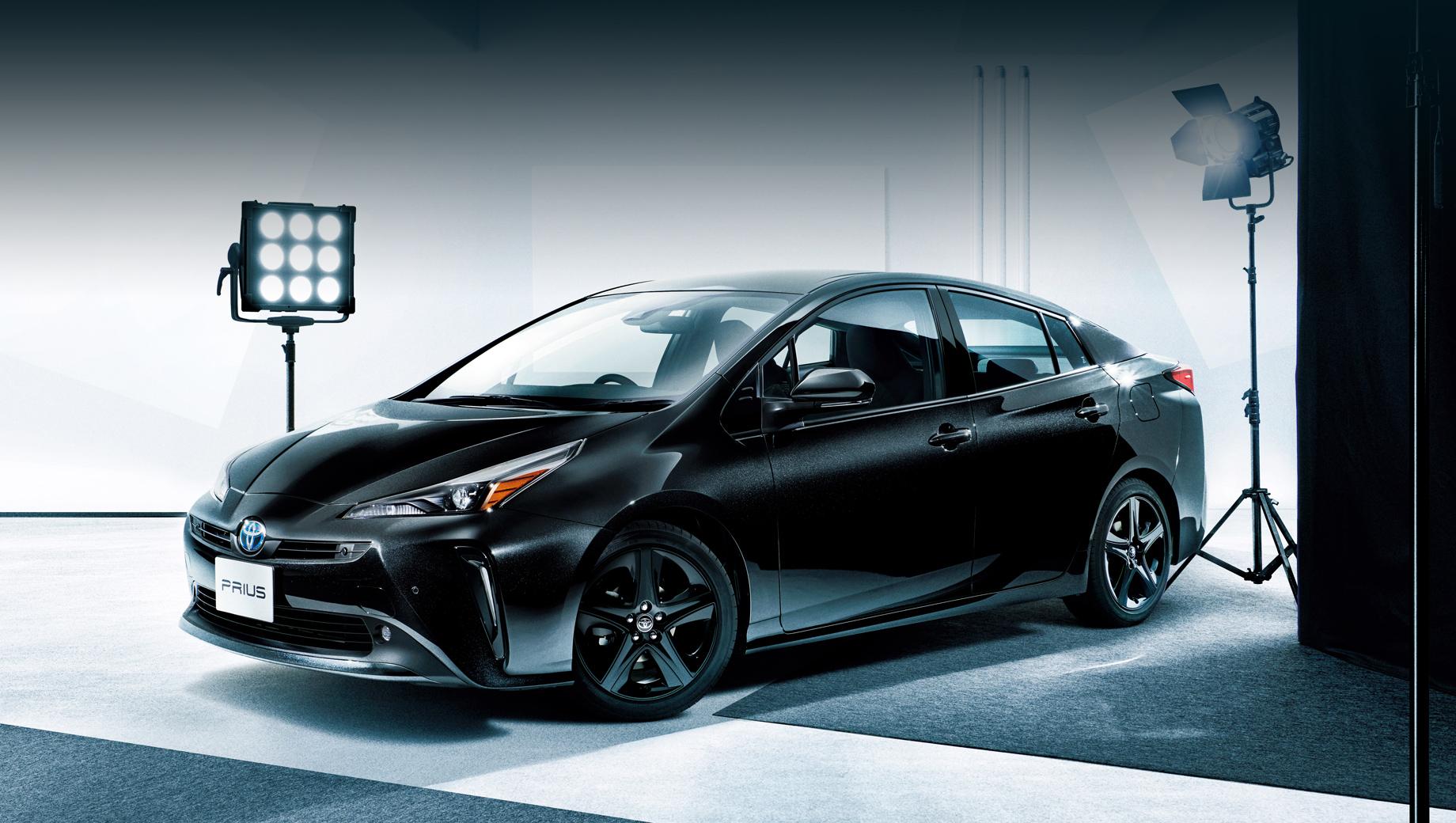 Toyota prius. Prius четвёртого поколения был представлен в 2015 году, а собрат с зарядкой от сети Prius Prime (Prius PHV) — в 2016-м. На фото — Prius Touring Selection Black Edition для японского рынка.
