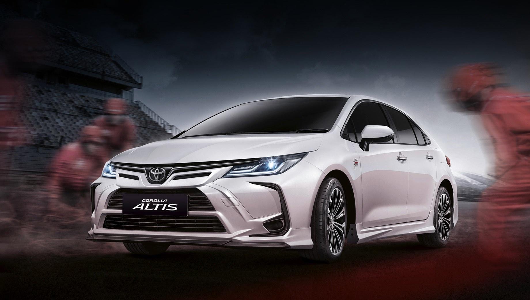 Toyota corolla,Toyota corolla altis. Corolla Altis хоть и производится в Таиланде, мало чем отличается от привычной Короллы (E210). О наличии пакета говорит аэродинамический обвес, который тайцы называют «передней, боковыми и задней юбками», а также шильдики с надписью «Corolla Altis Nurburgring 24» на передних крыльях.