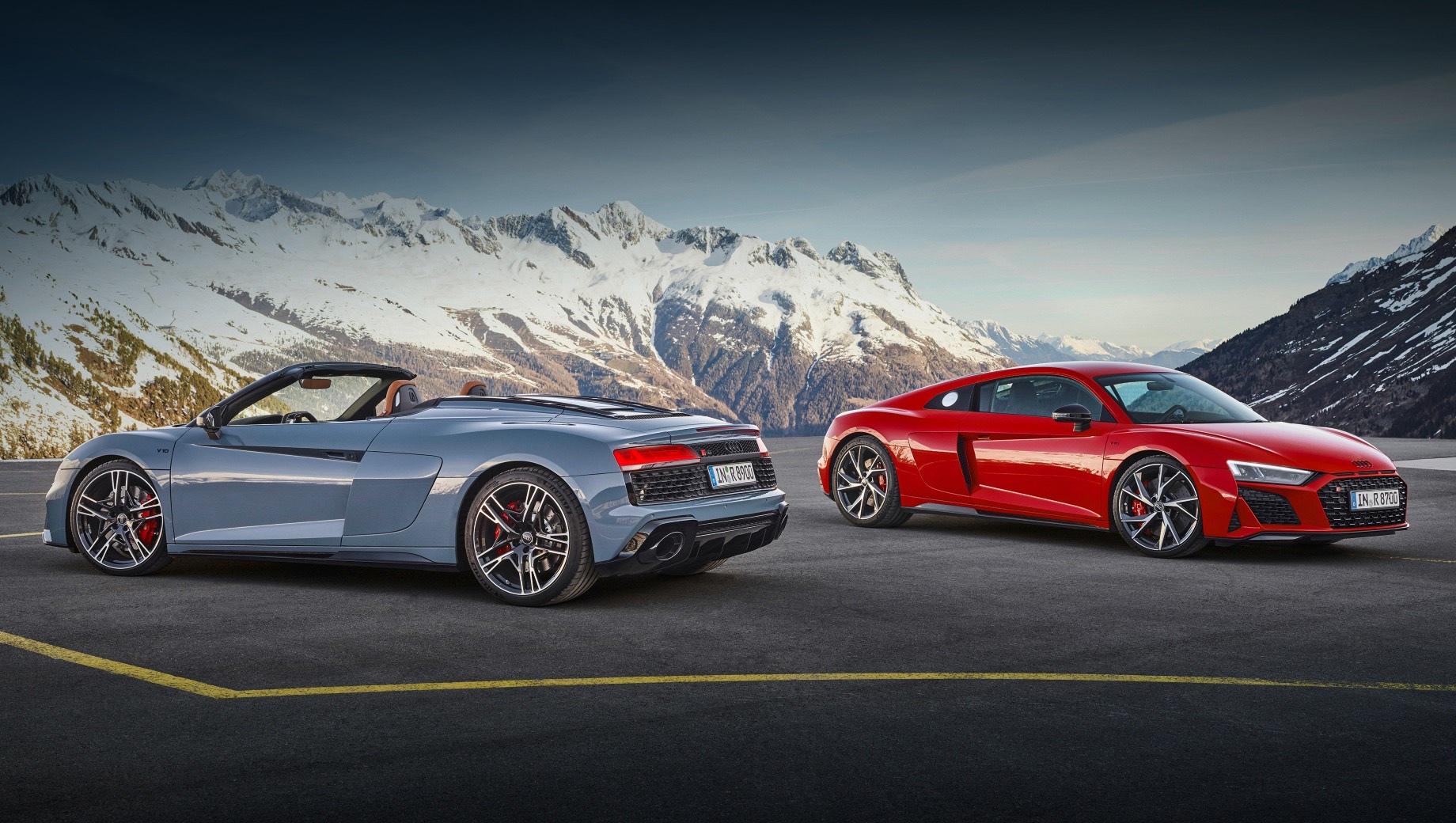Audi r8,Audi r8 spyder. Купе превосходит родстер в разгоне до сотни (3,7 с против 3,8), максимальной скорости (329 км/ч против 327), уступает ему в снаряжённой массе (1590 кг против 1695) и цене. Дизайн пары «вдохновлён» гоночным прототипом R8 LMS GT4. Отделение Audi Sport предложит десять цветов кузова.